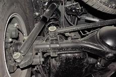 """Зависимая задняя пружинная подвеска схемой напоминает  """"жигулевскую """" ."""